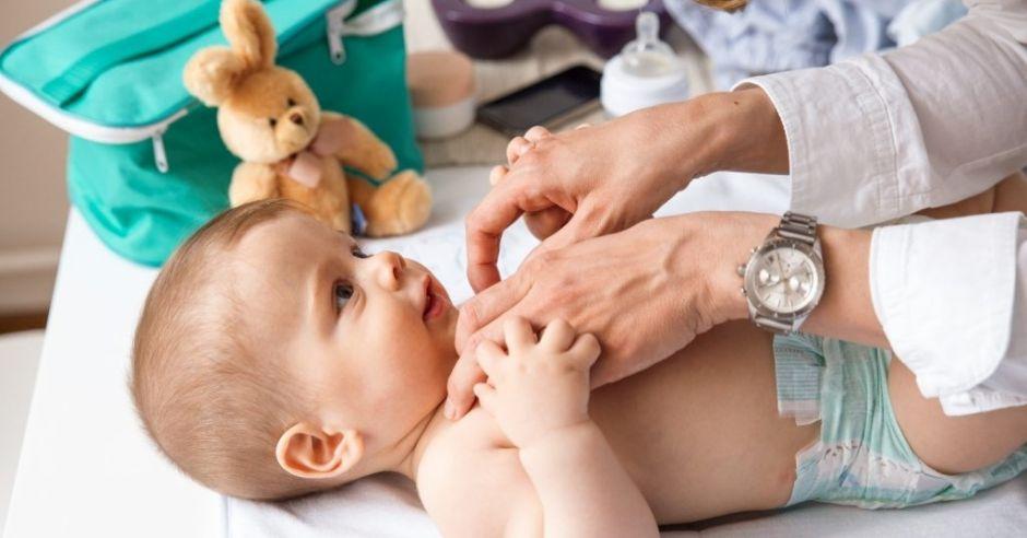 Mama przewija niemowlę