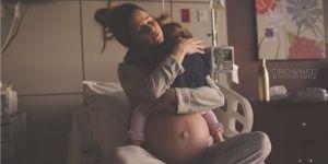 Mama przytula córeczkę przed narodzinami drugiego dziecka