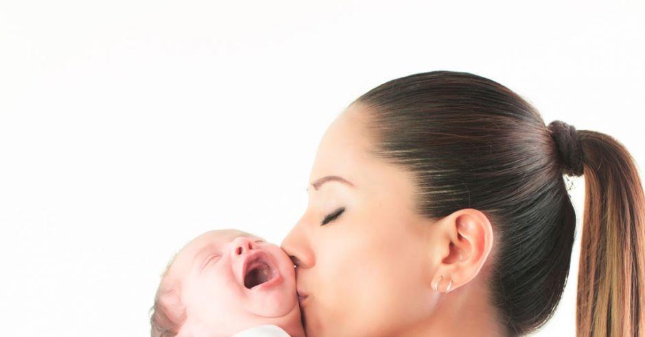 mama przytula dziecko, kiedy płacze