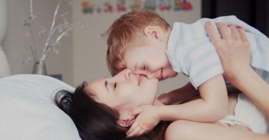 Mama przytula kilkuletniego synka