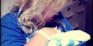 Mama przytula swoje nowo narodzone dziecko