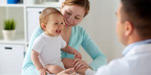 mama radzi się lekarza w sprawie szczepień