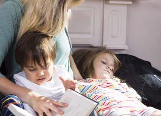 Mama spędza czas z dziećmi