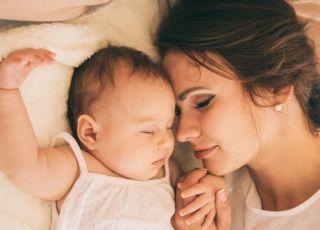 Mama śpi z niemowlęciem w łóżku