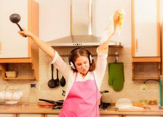 Mama śpiewa i tańczy podczas sprzątania kuchni