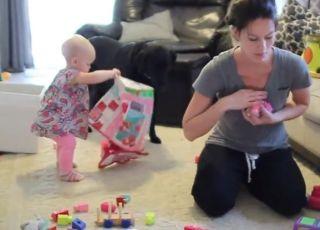 mama sprząta z dzieckiem, dziecko pomaga mamie