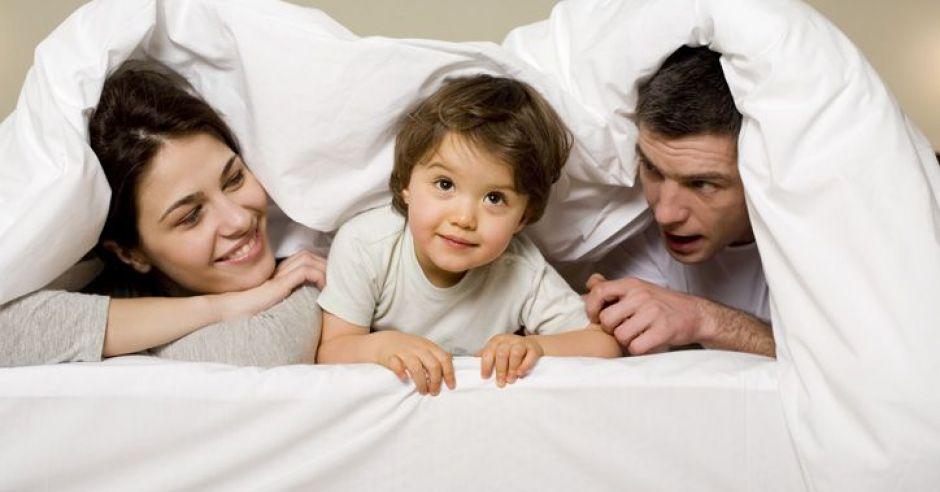 mama, tata, dziecko, łóżko, leżeć