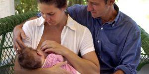 mama, tata, niemowlę, karmienie piersią, lato