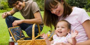 mama, tata, niemowlę, trawa, piknik, wiosna, majówka