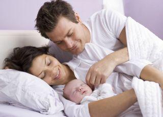 mama, tata, noworodek, łóżko