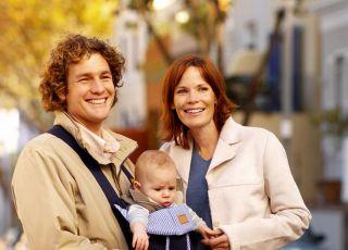 mama, tata, rodzice, niemowlę, spacer, nosidełko