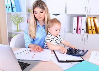 mama w pracy, dziecko, pracująca mama