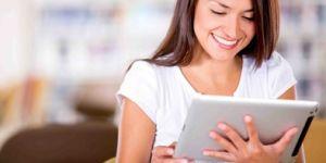 mama w sieci, tablet, smarfon, mama korzysta z urządzeń mobilnych