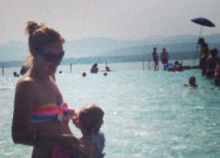 Mama z dzieckiem bawi się w basenie