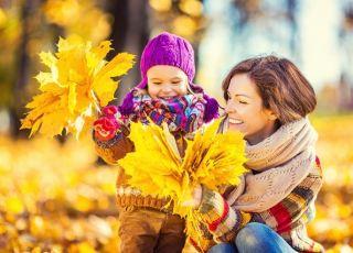 mama z dzieckiem na jesiennym spacerze - konkurs - wygraj muzyczny traktor