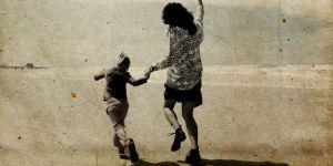 mama z dzieckiem na plaży
