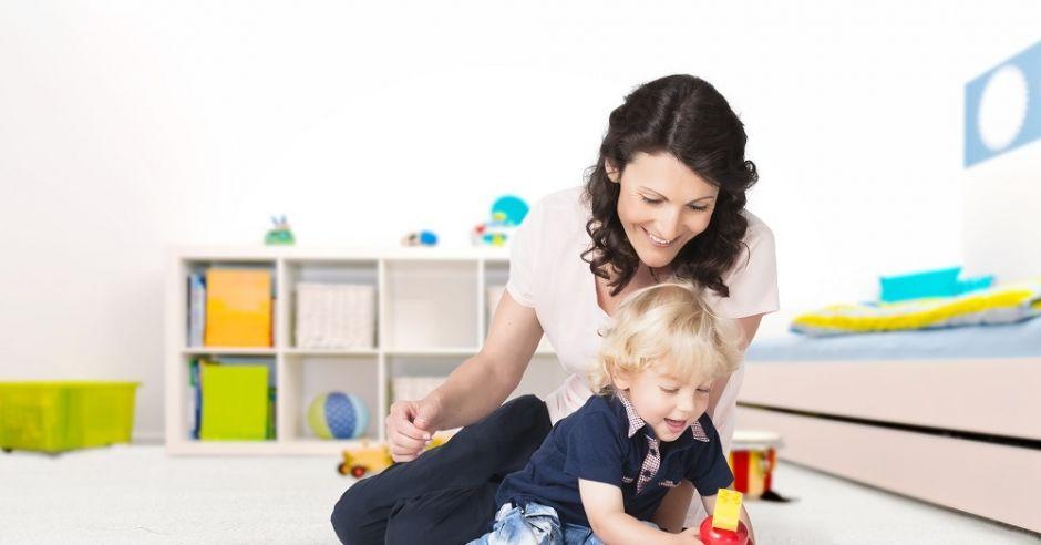 Mama z dzieckiem podczas zabawy