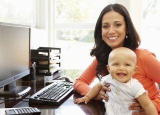 Mama z dzieckiem pracuje przy komputerze