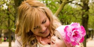 mama z dzieckiem w chuście, wiązanie chust, chusty dla niemowląt, chusty do noszenia dzieci