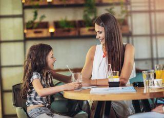 mama z dzieckiem w restauracji