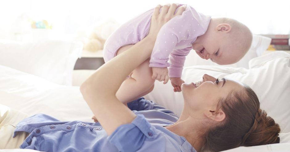 Mama z dzieckiem, zabawa z dzieckiem