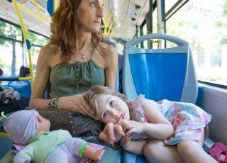 mama z dzieckiem zajmują miejsca siedzące