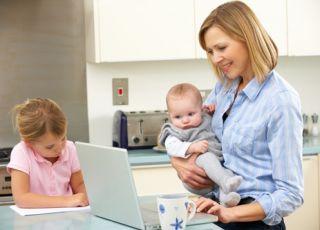 mama z dziećmi, mama przy laptopie
