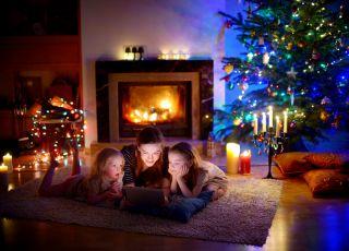 Mama z dziećmi ogląda film na tablecie