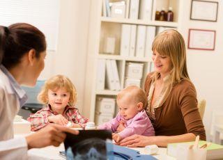 Mama z dziećmi podczas wizyty u lekarza