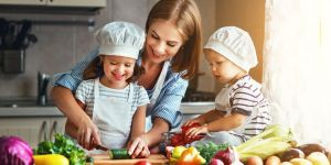 mama z dziećmi w kuchni