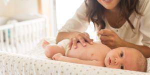 mama z niemowlęciem na przenośnym przewijaku