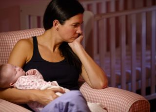 Mama z niemowlęciem podczas usypiania