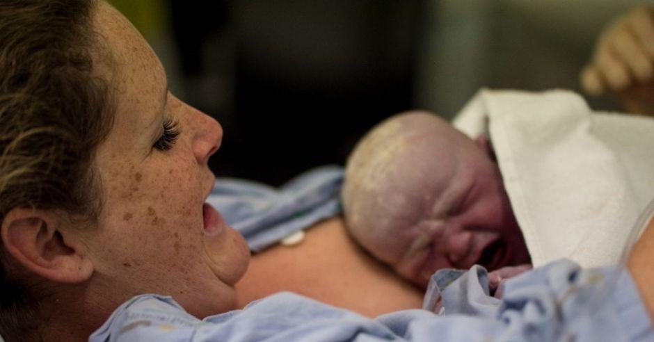 Mama z noworodkiem na porodówce
