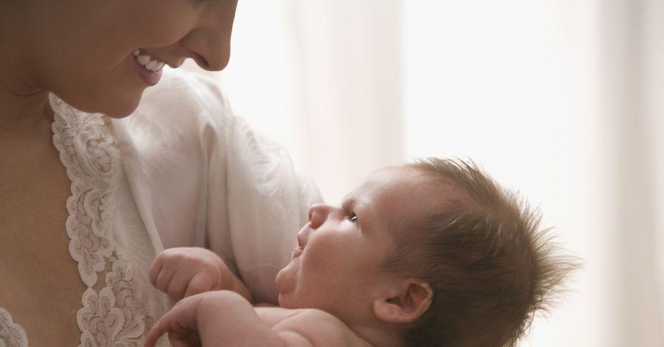 Mama z noworodkiem, noworodek, niemowlę,