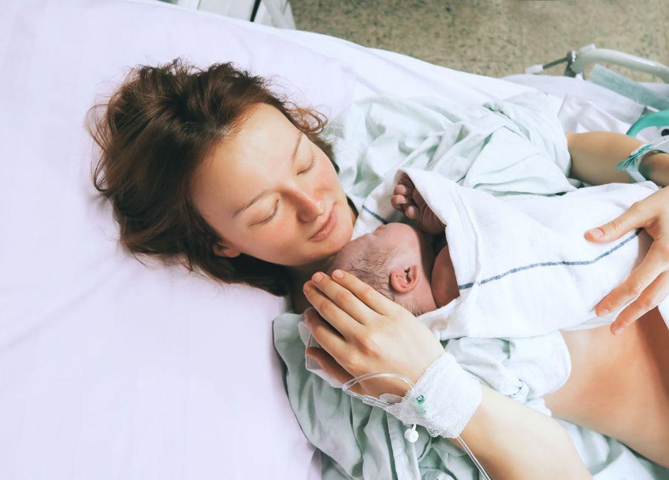 Mama z noworodkiem w szpitalu