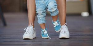 Mama z synkiem na spacerze