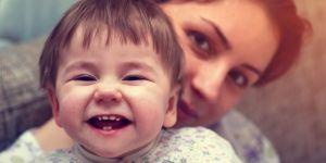 Mama z uśmiechniętym dzieckiem
