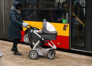 mama z wózkiem wyporoszona z autobusu