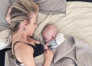 Mama zasnęła z niemowlakiem podczas karmienia piersią