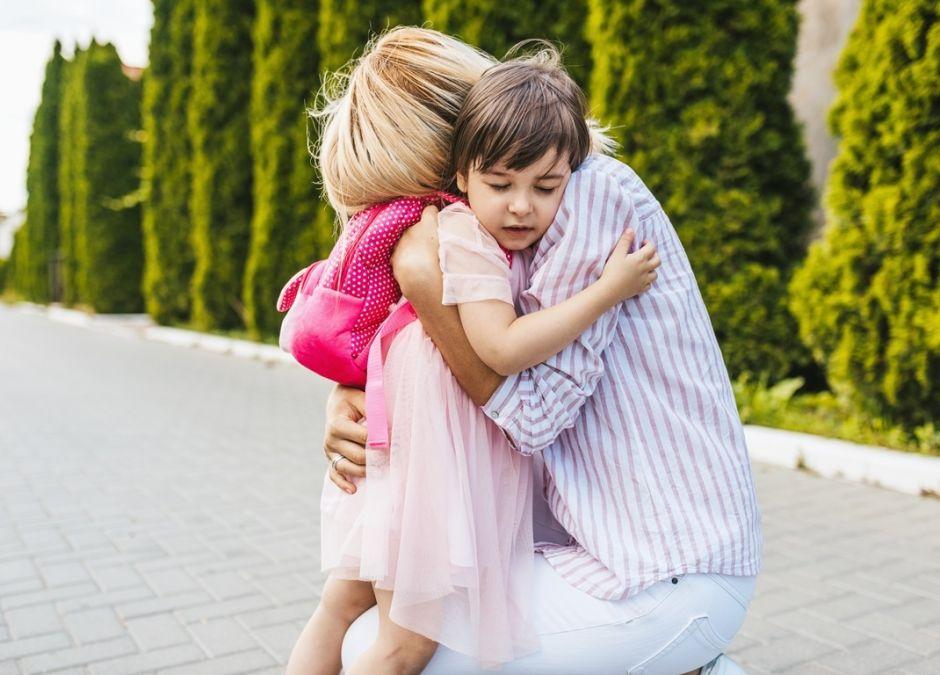mama żegna córeczkę przed pójściem do przedszkola