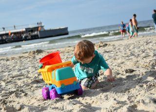 Mandat za siusianie dziecka na plaży? Ekspert rozwiewa wątpliwości