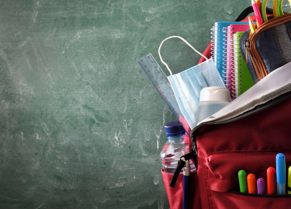 Maseczka w szkolnym plecaku