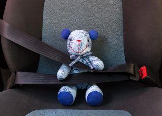 Maskotka w foteliku dziecięcym w samochodzie