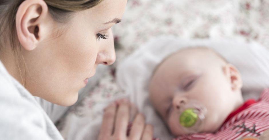 matka-czuwa-przy-dziecku
