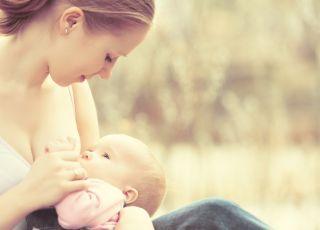 matka karmiąca piersią niemowlę