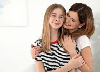 Matka, która przytula córkę
