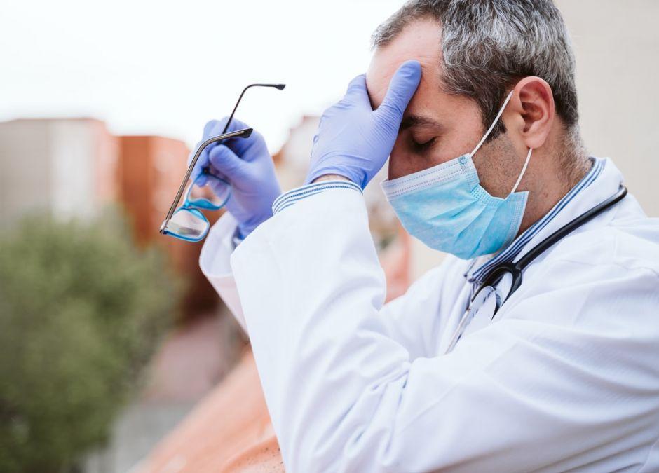 mężczyzna celowo zaraził się koronawirusem