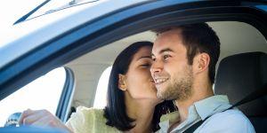 mężczyzna i kobieta w samochodzie, pocałunek