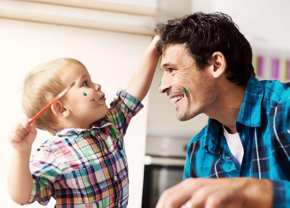 Mężczyzna, który bawi się z synem