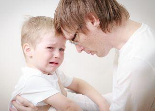 Mężczyzna, który pociesza syna